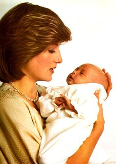 This picture of Diana, Princess of Wales and her infant son Prince William was taken on July 1982 at Kensington Palace. It celebrates the first wedding anniversary of the Prince and Princess of Wales. Lady Diana Spencer, Diana Son, Princess Diana Family, Prince And Princess, Princess Of Wales, Princess Charlotte, Baby Prince, Princess George, Princess Diana Wedding