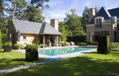 buitenzwembad, betonnen zwembad met poolhouse in landelijke stijl   De Mooiste Zwembaden