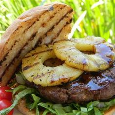 These large burgers have the tropical flavors of teriyaki, ginger, and pineapple. Burger Recipes, Grilling Recipes, Meat Recipes, Cooking Recipes, Recipies, Teriyaki Burgers, Sauce Teriyaki, Barbecue Sauce, Hot Dogs