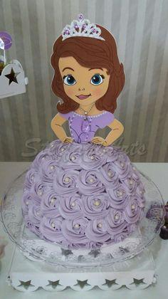Que tal decorar seu bolo com esse lindo painel da princesa sofia?  Topo acompanha o palito para espetar no bolo.    **OBSERVAÇÃO:  BOLO SOMENTE ILUSTRAÇÃO, NÃO ACOMPANHA O TOPO.**