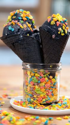 Don't feel down, this trendy ice cream made with active charcoal powder is surprisingly simple to make. Don't feel down, this trendy ice cream made with active charcoal powder is surprisingly simple to make. Köstliche Desserts, Frozen Desserts, Delicious Desserts, Dessert Recipes, Yummy Food, Black Ice Cream, Charcoal Ice Cream, Yummy Treats, Sweet Treats
