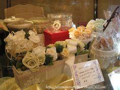 プリザーブドフラワーは、生花に特殊加工を施すことにより、鮮やかな色とみずみずしさを保っています。 水を与える必要がなく、花粉アレルギーの心配がありません。 湿気と強い紫外線に弱いのでご注意ください。***「Chez Mimosa シェ ミモザ」   ~Tassel&Fringe&Soft furnishingのある暮らし  ~   フランスやイタリアのタッセル・フリンジ・  ファブリック・小家具などのソフトファニッシングで  、暮らしを彩りましょう     http://passamaneriavermeer.blog80.fc2.com/