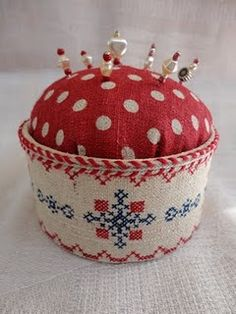 Stitches & Crosses: Pincushion tutorial not in english, but great Ideas Sewing Hacks, Sewing Crafts, Sewing Projects, Cross Stitch Borders, Cross Stitching, Pincushion Tutorial, Cross Stitch Finishing, Needle Book, Sewing Accessories