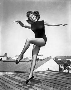 Rita Hayworth a Hollywood Legend. Old Hollywood Glamour, Golden Age Of Hollywood, Vintage Hollywood, Classic Hollywood, Rita Hayworth, Jean Harlow, Sainte Rita, Rides Front, Actrices Hollywood