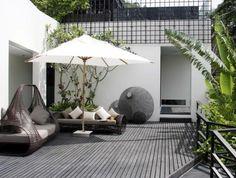 idee-deco-jardin-exterieur-avec-meubles-en-bois-gris-mobiliers-d-extérieur