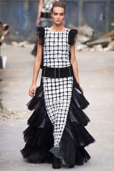Vestidos largos de dramática inspiración Y encajes plateados y cortes estructurados, costura hecha a mano.