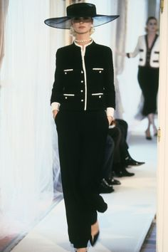 Chanel Spring 1997 Couture Fashion Show Collection: See the complete Chanel Spring 1997 Couture collection. Look 4 Look Fashion, 90s Fashion, Runway Fashion, Vintage Fashion, Fashion Outfits, Womens Fashion, Dress Fashion, Estilo Coco Chanel, Coco Chanel Fashion