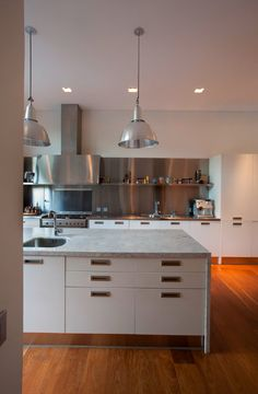 Pricila House in Buenos Aires by Martin Gomez Arquitectos Kitchen Hoods, Kitchen Pantry, New Kitchen, Kitchen Ideas, Kitchen Images, Kitchen Inspiration, Casas Country, Cabinet D Architecture, Kitchen Dinning Room