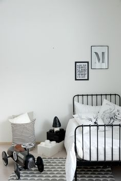 Heinässä heiluvassa - Black and white bedroom for a boy https://www.ooh-noo.com/22-cushions