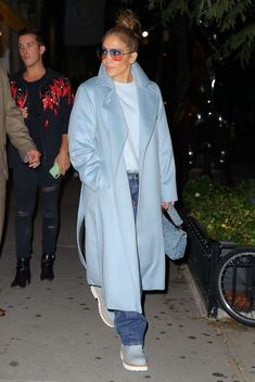 Jennifer Lopez Outfit Wearing a Maxi Coat, Jeans, and Boots Fashion Pants, Look Fashion, Fashion Outfits, Jennifer Lopez Outfits, Houndstooth Coat, Maxi Coat, Button Fly Jeans, Inspirational Celebrities, Style