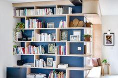 Top, la bibliothèque sur mesure en bouleau fait la liaison entre salon et salle à manger dans la cuisine ouverte.