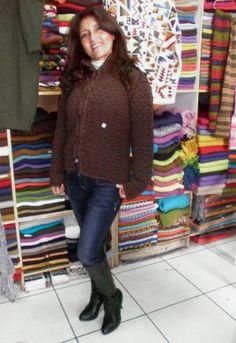 Braun gerippte #Damen #Jacke aus #Alpakawolle In allen Größen lieferbar. Die Jacke ist aus samtweicher Alpakawolle gefertigt. Eine wunderschön elegantes Modell aus den besten Materialien.  Die Alpakawolle, zählt zu den kostbarsten Wollsorten weltweit. Ein Hochgenuss wenn Sie edle Stoffe und Materialien lieben.