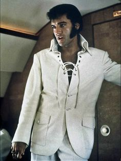 Elvis wearing a kick ass cool jacket. I love his style. ❤️