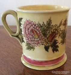 Zsolnay csésze, krizantén dekorral