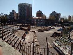 Plena construcción de las nuevas gradas de la cancha principal, anteriormente de madera. Lugar en donde siempre en la colonia nos sentábamos antes de pasar un día maravilloso en Pontevedra.