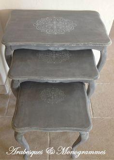 fr_tables_gigognes_en_bois_peintes_gris_moyen_rechampi_ficelle_blanchies_et_decorees_d_une_frise_arabesques_