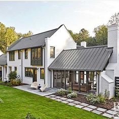 With its lush green surroundings and modern exterior, you& never guess this. With its lush green surroundings and modern exterior, you& never guess this house is nestled right in the middle of the metropolis of Winston-Salem, North Carolina. Modern Farmhouse Exterior, Farmhouse Homes, City Farmhouse, Farmhouse Landscaping, Backyard Landscaping, Farmhouse Ideas, Farmhouse Garden, Farmhouse Windows, Backyard Ideas
