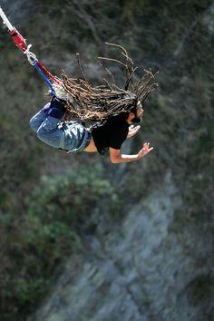 En revista InLife hoy Deportes Extremos para estar In Forma:  BUNGEE JUMPING.  Nace en las islas de Nueva Guinea en el Pacífico Sur. Este tipo de salto se hacia sobre una torre de madera con una planta enredada a los tobillos, el salto rozaba el piso, lo hacian para probar la valentia de los hombres de algunos grupos etnicos. Actualmente el deporte es muy seguro  perfecto para los que les encanta la adrenalina