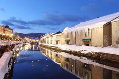 雪化粧の小樽運河。夜は歴史的建造物がライトアップされるので美しい