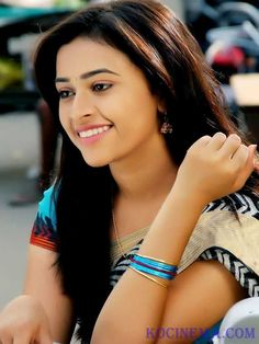 Sri-Divya-cute-Still-in-Saree