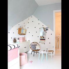 Une chambre d'enfant zen via un mur à pois