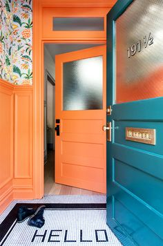 Entry with Personality, orange door, tiled HELLO Renovated Brooklyn Townhouse The vestibule is painted in Benjamin Moore's coral-hued Hot Spice and covered in a Cuban-inspired floral wallpaper by fashion designer Matthew Williamson for Osborne & Little. Bright Front Doors, Best Front Door Colors, Orange Front Doors, Best Front Doors, Orange Door, Coral Door, Orange House, Decoracion Vintage Chic, Entrance Doors