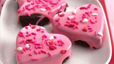 Treat your family with these beautiful chocolate brownie hearts topped with candy sprinkles - perfect for dessert. Valentines Day Desserts, Valentine Treats, Holiday Treats, Valentine Cupcakes, Heart Cupcakes, Pink Cupcakes, Torta Candy, Candy Sprinkles, Rainbow Sprinkles