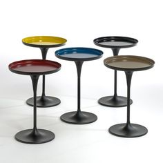 NYMPHEA Pedestal Table with Glossy Top