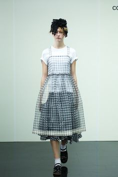 [No.12/87] tricot COMME des GARÇONS 2014春夏コレクション | Fashionsnap.com Punk Fashion, Fashion 2017, Fashion Art, Runway Fashion, High Fashion, Fashion Show, Womens Fashion, Fashion Design, Apron Dress