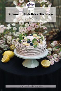 Eine Sommertorte im Winter? Das ist mir die liebste! Und in einem Chrysanthemenblütenmeer schaut sie noch zauberhafter aus! Diese Torte ist wieder mit dem 3-Eier-Schwer-Prinzip gebacken worden: Das Gewicht der Eier (-1) gleicht dem des Zucker und dem des Mehls! Universell anwendbar und einfach köstlich! Table Decorations, Desserts, Food, Lavender Roses, Syrup Recipes, Tailgate Desserts, Deserts, Essen, Postres