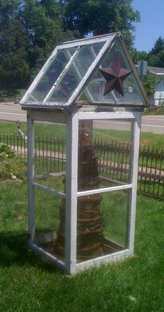 recycling old windows. Old Window Decor, Window Furniture, Furniture Decor, Window Greenhouse, Old Windows, Farmhouse Style, Repurposed, Recycling, Old Things