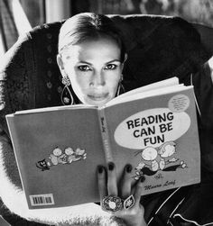 Julia Roberts reads Reading Can Be Fun by Munro Leaf --Stacy People Reading, Woman Reading, Love Reading, Reading Books, Julia Roberts, I Love Books, Good Books, Books To Read, Celebrities Reading