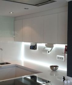 Iluminacion Led cocinas. Retroiluminación oculta en armarios de cocina.  La superficie continua de Silestone brillo Blanco Zeus, proporciona una pantalla de proyección para toda la luz led.  www.espaisautor.com
