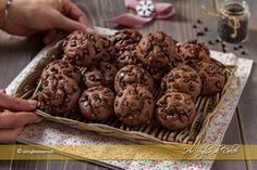 Biscotti al cioccolato morbidi in 5 minuti ricetta | Ho Voglia di Dolce Biscotti Cookies, Brownie Cookies, Biscuits Russes, Cookies Light, A Food, Food And Drink, Biscuit Recipe, Cooking Time, Sweets
