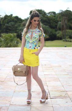 Look Total Carmen Steffens - body com estampa exclusiva da coleção e saia amarela