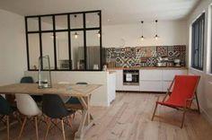 Une cuisine ouverte avec mini verrière déco