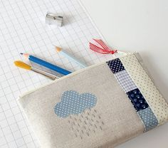 pretty pencil case by pilli pilli Fabric Crafts, Sewing Crafts, Sewing Projects, Patchwork Bags, Quilted Bag, Diy Sac Pochette, Bag Quilt, Sewing Tutorials, Sewing Patterns