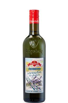 Lavendel siroop (Lavendin) à 70 cl van Eygebelle. Ga je op vakantie in de Drôme dan herken je deze flessen siroop vast. Ze zijn een begrip in Frankrijk en omstreken.  Deze lavendin siroop is gemaakt van lavendin uit de regio van Grignan. Daar zijn heel veel lavendinvelden te vinden. Lavendin groeit lager dan 1000 meter en is wat minder sterk van smaak dan lavendel. Deze lavendin vormt de basis voor deze heerlijk verfrissende siroop. Je proeft de Provence.