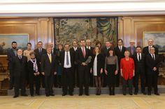 Los Reyes recibieron a la Junta Directiva de @AcademiaCineEs. Enrique González Macho les entregó un Goya especial