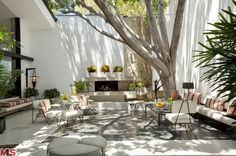 Ellen DeGeneresjust flipped the amazing house she bought just before New Year's -- after only living there a few months -- and the buyer was Napster co-founderSean Parker... who opened his wallet wide.