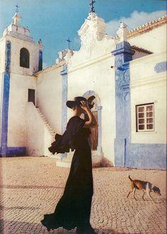 'Into the Algarve Sun' - Photo by Norman Parkinson for Vogue UK, 1973 Vintage Vogue, Moda Vintage, Vintage Fashion, 1950s Fashion, Gothic Fashion, Timeless Fashion, Vintage Clothing, Vogue Uk, Vogue Fashion