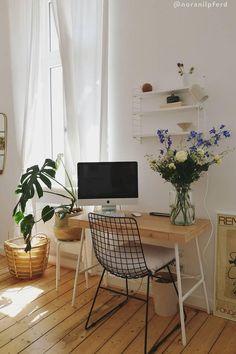 Von zuhause aus arbeiten hat viele Vorteile: Wir können unseren Tagesablauf selbst bestimmen, haben viel Freiraum für Kreativität und müssen keine langen Wege zum Arbeitsplatz auf uns nehmen. Und das Beste für alle Interior-Fans: Wir dürfen unser Office ganz nach unserem eigenen Geschmack einrichten! Wir sind ja bekanntermaßen am produktivsten, wenn wir uns wohl fühlen und uns konzentrieren können./Westwing Home Office Büro Zuhause arbeiten modern Arbeitsplatz Schreibtisch Idee Inspiration 2021 Modern Office Decor, Home Office Decor, Diy Home Decor, Apartment Interior, Home Accessories, Bedroom Decor, Interior Design, Furniture, Makeup Videos