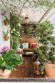 Em uma área estreita, a paisagista Ivani Kubo conseguiu criar um verdadeiro jardim com direito a deque, fonte de água, frutíferas, horta e jardim vertical:
