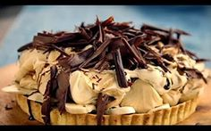 Torta de banana com creme e raspas de chocolate
