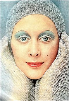 Late Makeup - Eyeshadow used to project crease shape. Emphasis on the eyes with no dramatic lashes. 1970s Makeup, Retro Makeup, Old Makeup, Beauty Makeup, Makeup Style, Makeup Eyeshadow, Blue Eyeshadow, Eyeshadow Crease, 1970s Hairstyles