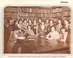 La imagen superior está tomada probablemente en la biblioteca de la Residencia de Señoritas, en la calle Fortuny de Madrid, dirigida por María de Maeztu, como grupo femenino de la Residencia de Estudiantes y cuyo objetivo principal era la formación universitaria de las mujeres. Varias alumnas posan y escenifican su afición a los libros y a la lectura.