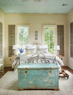jolie chambre a coucher moderne avec bout de lit coffre en bois de couleur bleu