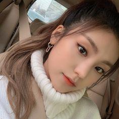 Kpop Girl Groups, Korean Girl Groups, Kpop Girls, Kpop Aesthetic, Me As A Girlfriend, South Korean Girls, Girl Crushes, Ponytail, Ariana Grande