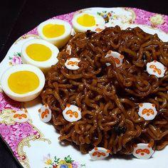 WEBSTA @ jingpyokang -  오늘은 내가 짜파구리 요리사 (Korean Mixed Noodles: Chapagetti   Neoguri)..농심 볶음너구리를 그 자체로 먹어보지 않은 상태서 짜파게티와 함께 짜파구리를 함 맹글어봤어유~ ..음..맛은 기존 짜파구리와 거의 차이를 모를 정도로 비슷하네요ㅋ 맛있단 얘기? ..오늘도 날이 아주 좋을거로 예상되는데 미세먼지 주의하시고 즐거운 하루 보내시길 바래요~..#짜파구리 #농심 #nongshim #짜파게티 #chapagetti #너구리 #볶음너구리 #존맛 #neoguri #bokkeumneoguri #오동통통 #쫄깃쫄깃 #농심너구리 #너를구하리 #집밥 #homecook #noodles #ramen #koreannoodles #raccoon #foodkorea #koreanfood #너구리한마리몰고가세요 #happysunday #happyweekend #jjajan...