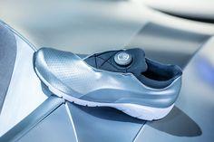 Las zapatillas del futuro de BMW y Puma son espléndidas - http://www.puntofape.com/las-zapatillas-del-futuro-bmw-puma-esplendidas-26442/ Las marcas de artículos de deporte y los fabricantes de vehículos han colaborado siempre, esto no es ninguna novedad. Puma es por ejemplo el sponsor oficial del equipo Ferrari de Fórmula 1. La marca fabrica concretamente calzado para pilotos. Pero la colaboración entre Puma y la División BMW Desi...